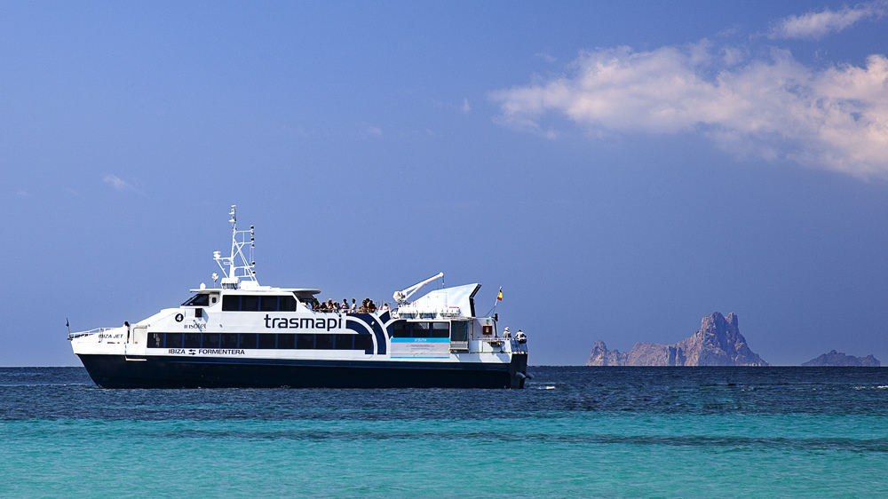 Ferry a Formentera frente a Es Vedrà