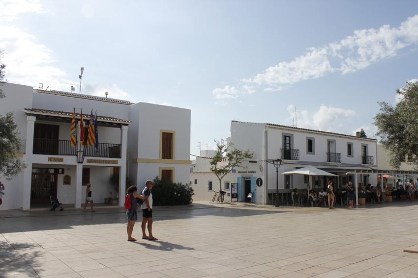 El Consell de Formentera y una de las terrazas del pueblo