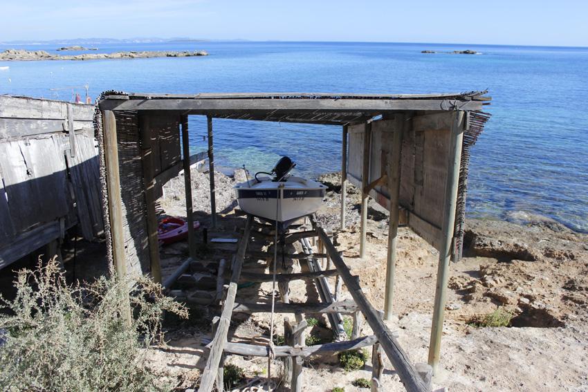 A pesar de ser un pueblo turístico, aún se mantienen las tradicionales casetas para los barcos de pesca.