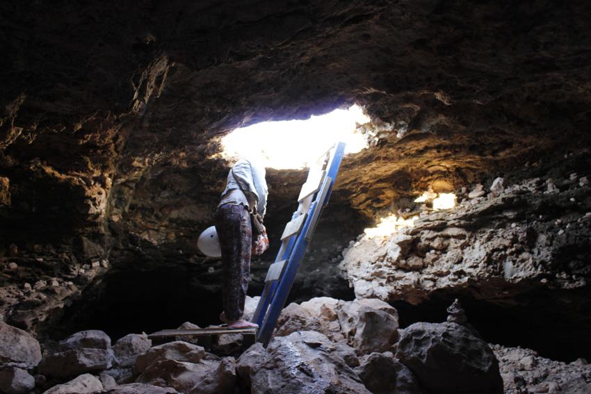 Escalera de acceso a la cueva
