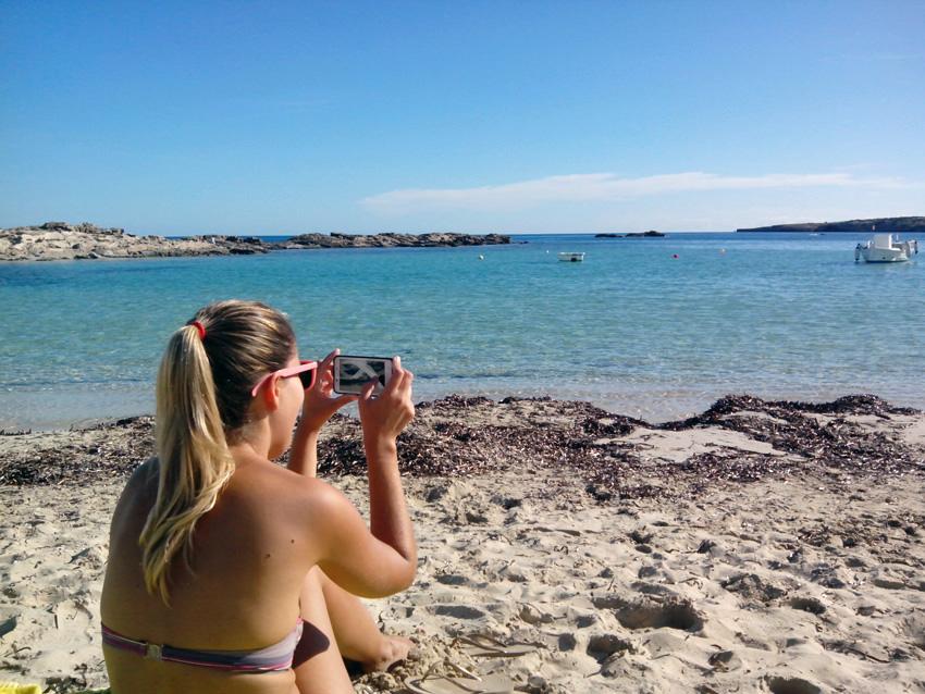 Una turista fotografía el paisaje de la zona.