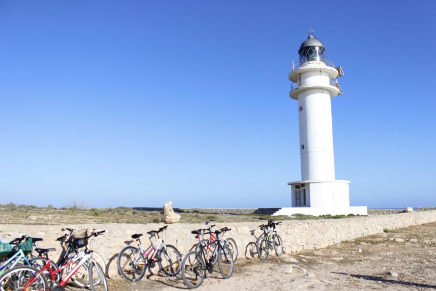 Llegar en bicicleta hasta el faro es una de las aventuras que puedes intentar en la isla