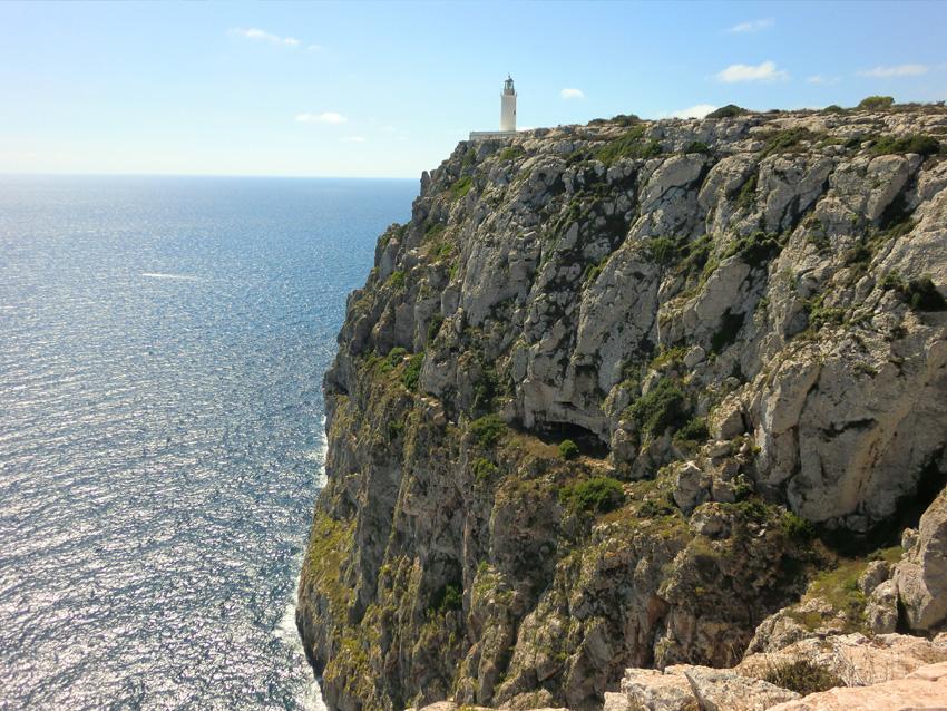 El Faro de La Mola, situado sobre un precioso acantilado