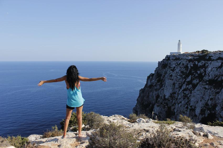 Una turista dejándose llevar por la magia del faro de La Mola