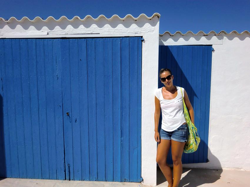 Las puertas de Es Caló de Sant Agustí adoptan el color azul del mar de Formentera