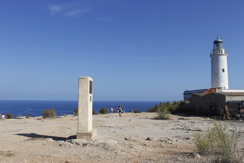 El monumento dedicado a Julio Verne ante el Faro de La Mola