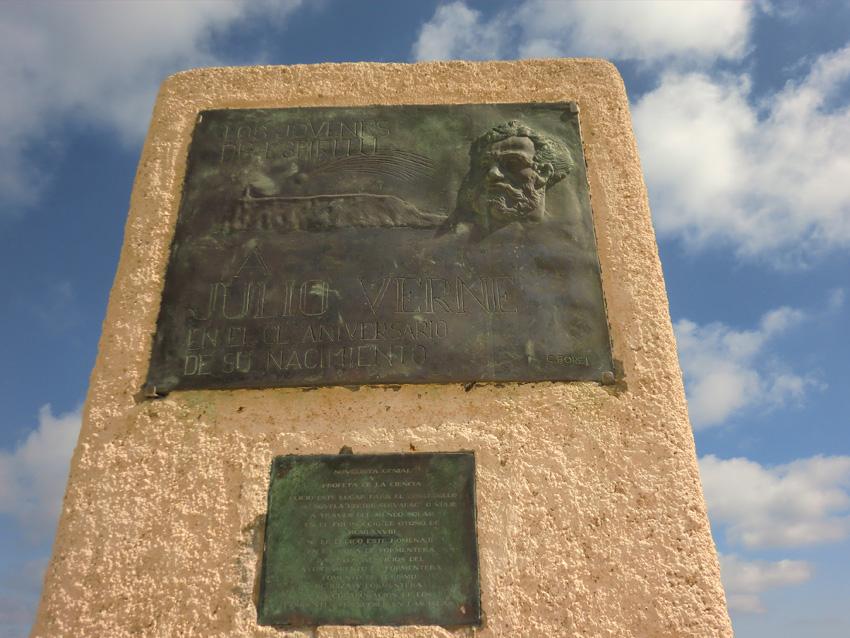 Placa en homenaje a Julio Verne en el faro de la Mola de Formentera