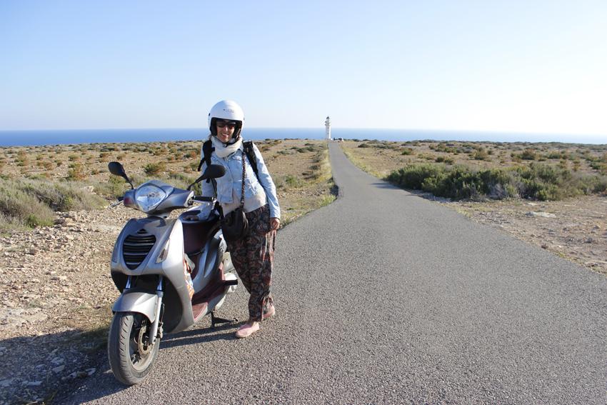 Icónica imagen del Faro de Cap de Barbaria y la recta que conduce a ella