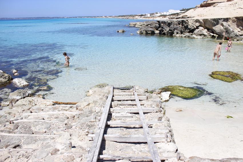 Las rampas para arriar los barcos en Caló des Mort dan un aspecto poéticamente bello a la cala.