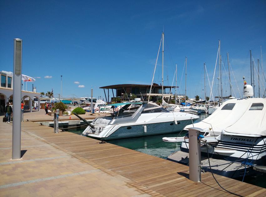 Pasear por el muelle viendo los barcos es una de las atracciones más curiosas de La Savina