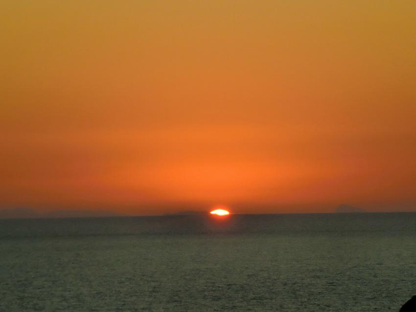 Puesta de sol en Cap de Barbaria, con las montañas de Alicante en el horizonte