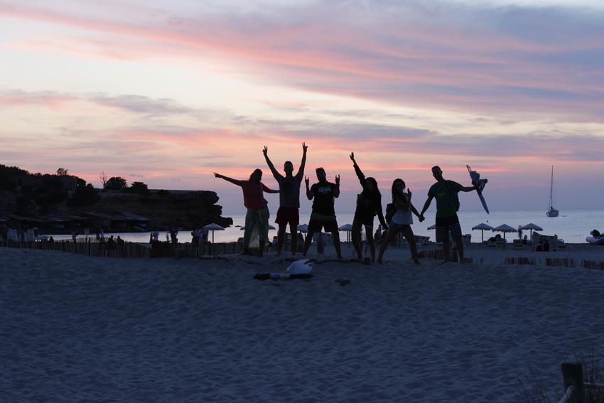 Un grupo de amigos se despide de la playa.