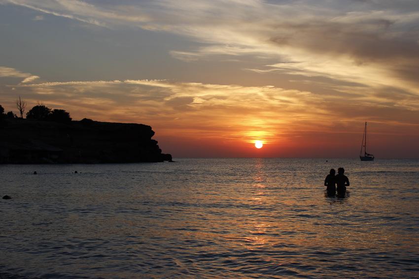 El sol cayendo en el horizonte de Cala Saona