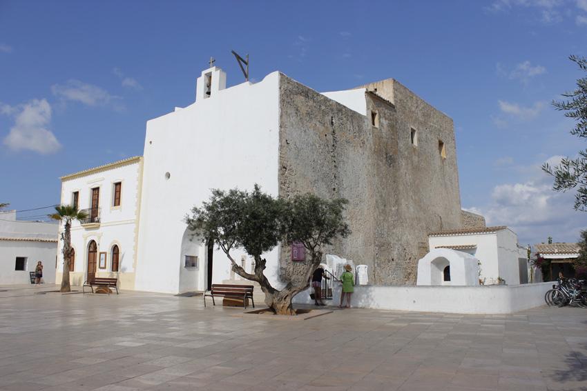 La iglesia de Sant Francesc preside el centro del pueblo