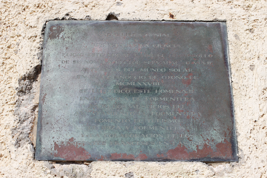 Placa inferior del monolito dedicado a Julio Verne