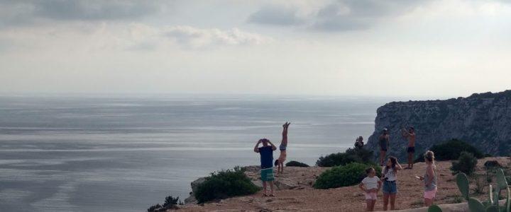 Italianos sin miedo a caer por La Mola por 'la fotito' para el Instagram